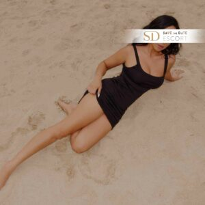 Vollbusige Schönheit posiert im Sand