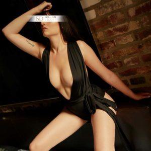 Sexy Frau mit schwarzem Body und sexy Dekollete